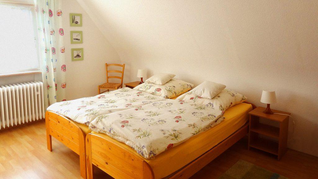 Das erste Schlafzimmer bietet Platz für zwei Gäste.