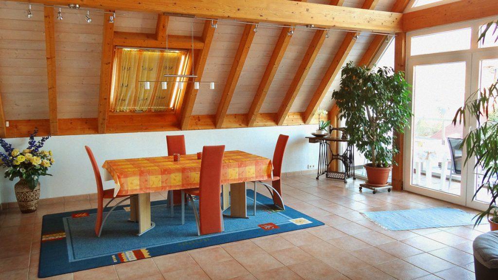 Der Essbereich im Wohnzimmer mit angrenzenden Balkon.